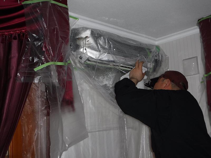 壁付型エアコン清掃作業中